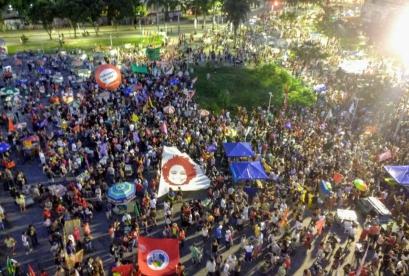 Milhares de manifestantes estão reunidos na Lapa, no Centro do Rio