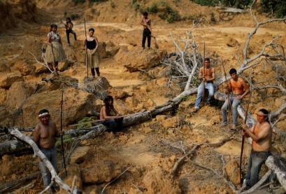 Indígenas da tribo Mura mostram área desmatada